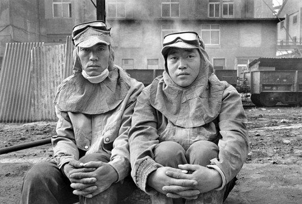 Στιγμιότυπο από την ταινία: κινέζοι εργάτες στο χαλυβουργείο του Λιαονίνγκ, από το επεισόδιο «Μέλλον».