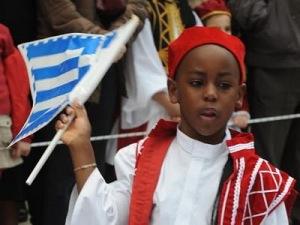 Μια από τις φωτογραφίες που είχαν κάνει τον γύρο του διαδικτύου, το 2010-2011, συγκεντρώνοντας την μήνιν των πολεμίων του νόμου για την ιθαγένεια.