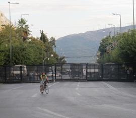 Εκεί που διασώζεται τμήμα της αρχαίας οχύρωσης των Αθηνών, ορθώνονται τα νέα τείχη της πόλης. Β. Σοφίας και Πανεπιστημίου. F/M, 8/10/2012