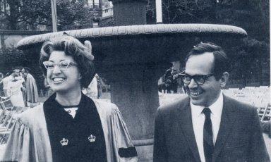 """Η Γκέρντα Λέρνερ, με τον πρώτο άντρα της, Καρλ, στην τελετή απονομής του διδακτορικού της, Columbia University, 1966 (πηγή: """"The New York Times"""")"""
