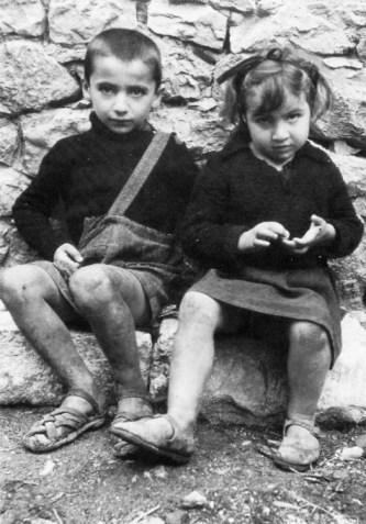 «Ορφανά από το Δίστομο». Φωτογραφία του Ντιμίτρι Κέσελ,Οκτώβριος - Νοέμβριος 1944