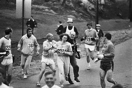 θρυλική σκηνή του Μαραθώνιου της Βοστόνης, το 1967. Οι άντρες συναθλητές   υπερασπίζονται την Κάθριν Σούιτζερ και το δικαίωμα συμμετοχής των γυναικών, εκδιώκοντας τον οργανωτή που επιχείρησε να την αποβάλλει βίαια (Getty Images)