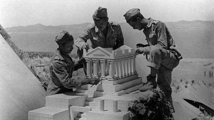 Σκαπανείς κατασκευάζουν ομοίωμα του Παρθενώνα, στη Μακρόνησο. Προπαγανδιστική φωτογραφία του Απόστολου Βερβέρη