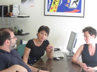 Η M. Χαρτουλάρη (κέντρο) με την Ι. Μεϊτάνη και τον Στρ. Μπουρνάζο, στο εντευκτήριο των «Ενθεμάτων»