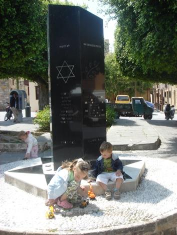 Παιδιά παίζουν στο μνημείο του Ολοκαυτώματος της Ρόδου