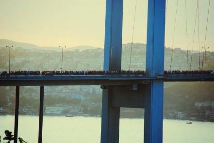 Η γέφυρα του Βοσπόρου γεμάτη από διαδηλωτές που τη διασχίζουν  #occupygezi pic.twitter.com/Qqsz7VQawj