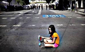 Σόφια, 3.7.2013. Καθιστική διαμαρτυρία, έξω από το κοινοβούλιο