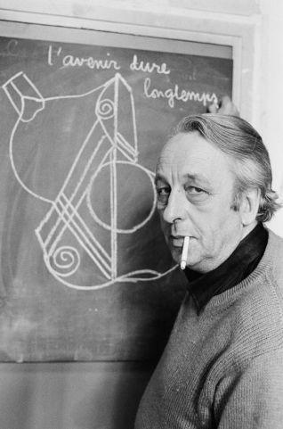 Ο Λουίς Αλτουσέρ στην École Normale Supérieure, στην οδό Ulm, στο Παρίσι, 19.5.1978. Στον πίνακα διαβάζουμε «Το μέλλον διαρκεί πολύ». Φωτογραφία του Jacques Pavlovsky.