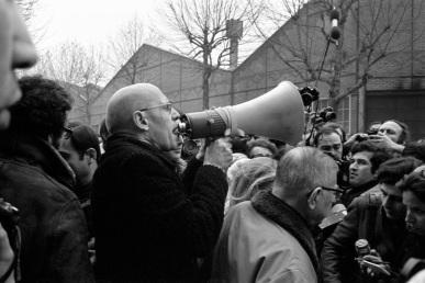 Ο Φουκώ με τον Σαρτρ, σε διαδήλωση, το 1971, στο Gοutte d' Or, στο Παρίσι.