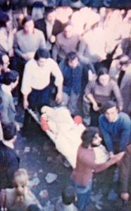 Στο προαύλιο του Πολυτεχνείου. Τραυματίας μεταφέρεται προς το ασθενοφόρο
