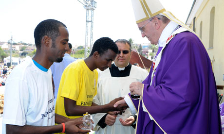 Ο Πάπας ευλογεί τους μετανάστες. Από την επίσκεψη του Φραγκίσκου Α΄ στη Λαμπετούζα