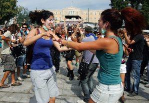 Μετά τα δακρυγόνα. Ο χορός της χαράς. «Αγανακτισμένοι», Σύνταγμα 2011