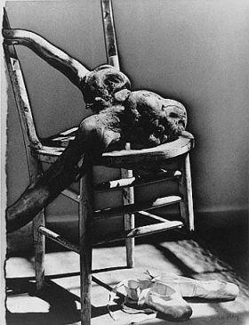 """Μαν Ραίυ, """"Σπασμένη καρέκλα με ένα κούτσουρο και παπούτσια μπαλέτου"""",  1942"""