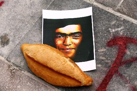 Αφίσα που κυκλοφόρησε στην Κωνσταντινούπολη μετά τον θάνατο Μπερκίν Ελβάν. Ο δεκατετράχρονος τραυματίστηκε θανάσιμα από δακρυγόνο, ενώ πήγαινε στο φούρνο να πάρει ψωμί.