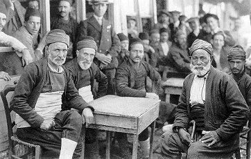 Μουσουλμάνοι στην Κομοτηνή, τέλη της δεκαετίας του 1929. Φωτογραφία του Maynard Owen Williams («The National Geographic», Δεκέμβριος 1930)