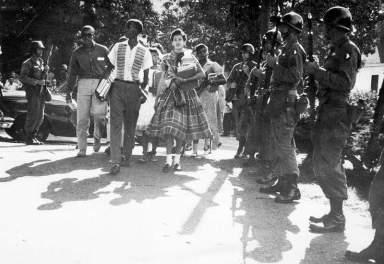 Λιτλ Ροκ, Άρκανσο, Σεπτέμβριος 1957. Στρατιώτες του 327 Τάγματος Πεζικού διασφαλίζουν την είσοδο μαύρων μαθητών στο κεντρικό Γυμνάσιο του Λιτλ Ροκ.