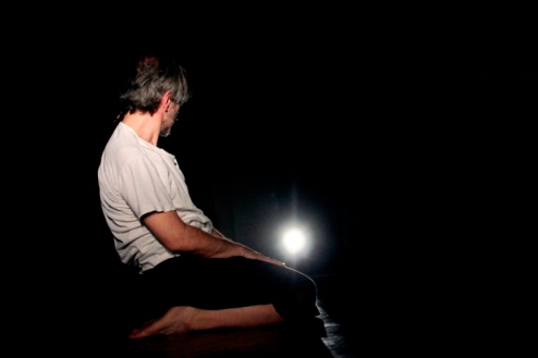 """Από την παράσταση """"Μόνο"""". Φωτογραφία της Εύας Τσαγκαράκη"""