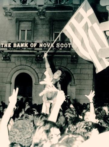 Οδός Πανεπιστημίου, 24 Ιουλίου 1974. Πανηγυρισμοί για την πτώση της Χούντας