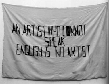 Mladen Stilinović, Ένας καλλιτέχνης που δεν μιλάει αγγλικά δεν είναι καλλιτέχνης, 1992, ακριλικό σε τεχνητό μετάξι (από τον κατάλογο της έκθεσης, σ. 148, εικ. 3).