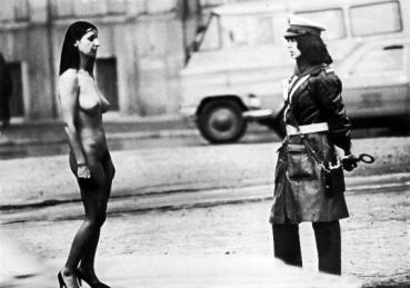 Ewa Partum, ασπρόμαυρη φωτογραφία, από την περφόρμανς Αυτο-ταυτότητα, Βαρσοβία, 1980 (από τον κατάλογο της έκθεσης, σ. 134, εικ. 3).