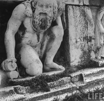 Θέατρο Διονύσου, 1 Δεκεμβρίου 1944. Φωτογραφίες του μεγάλου ουκρανού φωτογράφου Ντμίτρι Κέσελ, που βρέθηκε στην Ελλάδα, απεσταλμένος του φωτογραφικού πρακτορείου Time-Life, και απαθανάτισε, μεταξύ άλλων, τα Δεκεμβριανά.