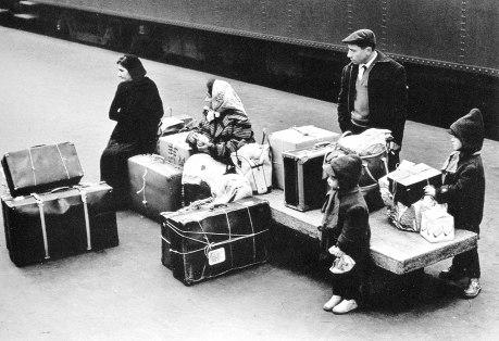 Μετανάστες στην αποβάθρα του σταθμού του Μιλάνου, 1970. Φωτογραφία του Tζιάννι Μπέρενγκο Γκαρντίν (Gianni Berengo Gardin, «Les Italiens, 1953-1997», Autremont, Παρίσι 1998)