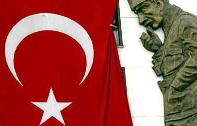 Στο παράθυρο. Μια γυναίκα κοιτάει προς τα έξω παραμερίζοντας  λίγο μια γιγάντια τουρκική σημαία, μπροστά από το άγαλμα του Κεμάλ Ατατούρκ. Κωνσταντινούπολη, 29 Οκτωβρίου 2003, ογδοηκοστή επέτειος της ανακήρυξης της Τουρκικής Δημοκρατίας.