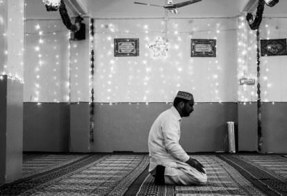 Προσευχή στο τζαμί, Περιστέρι, Μάιος 2014. Φωτογραφία της Αλεξίας Γιακουμπίνη.