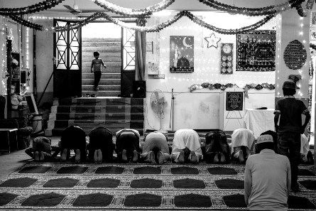 Παιδιά καταφθάνουν στο τζαμί να ακούσουν τους φίλους τους να απαγγέλλουν τμήματα από το Κοράνι. Περιστέρι, Μάιος 2014. Φωτογραφία της Αλεξίας Γιακουμπίνη.