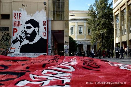 Στην αυλή του ΕΜΠ. Φτιάχνοντας πανώ για την αντιφασιστική διαδήλωση. Φωτό Epoca Libera (www.epocalibera.com)