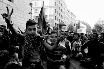 Βερολίνο, Οκτώβριος 2014. Διαδήλωση αλληλεγγύης για τους Κούρδους του Κομπανί. Φωτογραφία του Thorsten Strasas από το flickr