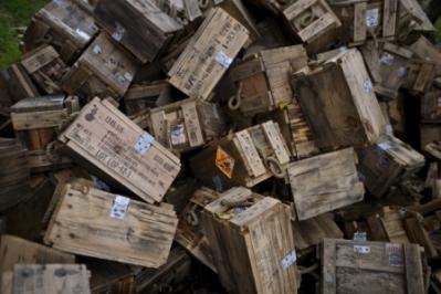 Κουτιά πυρομαχικών μια αυλή στο χωριό Γκόρνι Λομ, μετά το δυστύχημα. Φωτογραφία του Βασίλ Ντόνεφ -European Pressphoto Agency