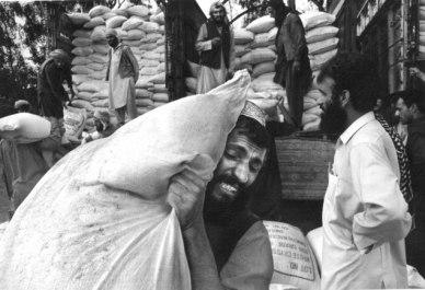 Αφγανοί πρόσφυγες σε στρατόπεδο συγκέντρωσης Jalozai στο Πακιστάν. Φωτογραφία του Έρικ Ρέφνερ, 2002