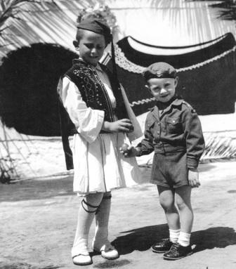 Πάσχα στους στρατώνες, 9.4.1950 (Ηνωμένοι Φωτορεπόρτερ-Συλλογή Ν.Ε. Τόλη, «Τα παιδιά», Ποταμός, Αθήνα 2001)