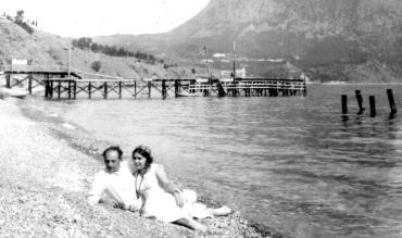 Ο Σακαρέλος και η ρωσίδα γυναίκα του Όλγα, σε παραλία της Κριμαίας.