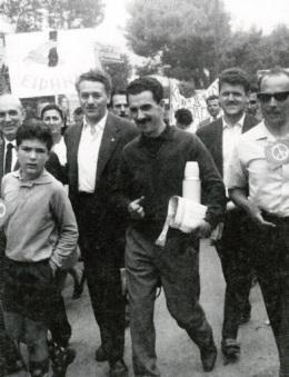 Ο Αντώνης Μπριλλάκης στη Μαραθώνια Πορεία Ειρήνης, Μάιος 1964. Δίπλα του ο Μανώλης Γλέζος.