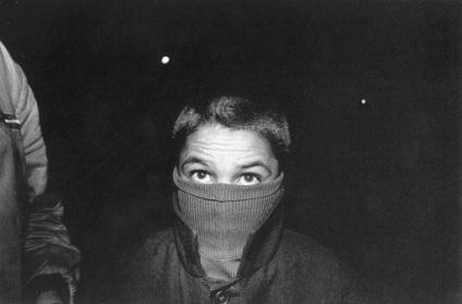 «Ελληνοαλαβανικά σύνορα, 1991». Φωτογραφία του Νίκου Οικονομόπουλου από το λεύκωμα «για τα παιδιά», Μεταίχμιο Αθήνα 2001