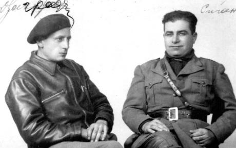 Ο Σακαρέλος (αριστερά με τον μπερέ) και ο Αναγνώστης Δεληγιάννης στο Αλπαθέτε της Ισπανίας, όπου βρισκόταν το κέντρο εκπαίδευσης των εθελοντών.
