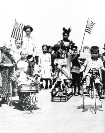 Παιδιά μεταναστών στο Λονγκ Άιλαντ, αρχές του 20ού αιώνα (Carol M. Highsmith-Ted Landphair, «Ellis Island», Crescent Books, Νέα Υόρκη 2000)
