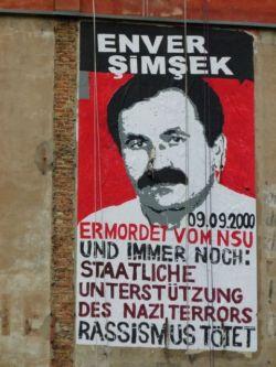 «Ενβέρ Σιμσέκ.Δολοφονήθηκε από το NSU στις 9.9.2000. και το κράτος υποστηρίζει ακόμη τη νεοναζιστική τρομοκρατία.Ο ρατσισμός σκοτώνει»