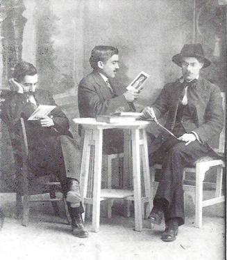 Από δεξιά: Στράτης Μυριβήλης, Νίκος Πασαλής (λόγιος), Μιχαήλ Φραγκίδης (βιβλιοδέτης Κόκκινων ιστοριών), Μυτιλήνη 1915. Η φωτογραφία δημοσιεύθηκε στο περ. «Νέα Εστία», τχ. 1033, 15.7.1970, σ. 959.