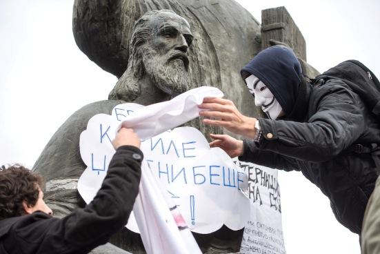 Φοιτητές, κατά τη διάρκεια διαδήλωσης, στο άγαλμα των Κυρίλλου και Μεθοδίου, στην πόλη των Σκοπίων