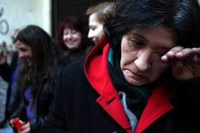 Τα δάκρυα της χαράς. Οι απολυμένες καθαρίστριες μαθαίνουν ότι επαναπροσλαμβάνονται. Υπουργείο Οικονομικών, 28.1.2015. Φωτογραφία του Μάριου Λώλου.
