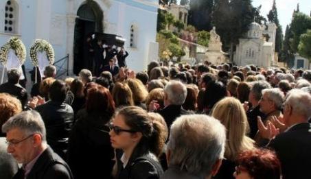 """O αποχαιρετισμός. Τρίτη 3 Μαρτίου, Πρώτο Νεκροταφείο (η φωτογραφία από την """"Αυγή"""")"""
