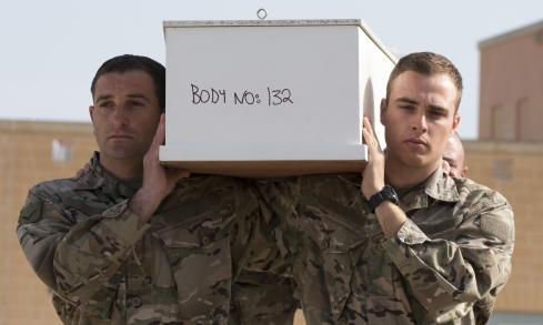 Μάλτα, 23 Απριλίου 2015. Στρατιώτες μεταφέρουν φέρετρα με τις σορούς μεταναστών. Καμία σωρός δεν ταυτοποιήθηκε. Στο φέρετρο διαβάζουμε «αρ. 132» --ένας αριθμός που αναφέερεται στο δείγμα του DNA που ελήφθη από τον νεκρό μετανάστη.