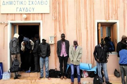 Γαύδος, 9 Απριλίου 2015. Πρόσφυγες έξω από το δημοτικό σχολείο. Φωτογραφία: Βασίλης Μαθιουδάκης