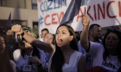 Τουρκοκύπριες πανηγυρίζουν για τη νίκη του Ακιντζί. Φωτογραφία: Florian Choblet/AFP/Getty Images