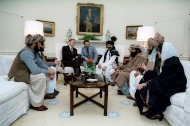 2 Φεβρουαρίου 1982. Συνάντηση του Ρόναλντ Ρήγκαν με Αφγανούς μουτζαχεντίν, στον Λευκό Οίκο. Δίπλα στον Ρήγκαν, ο διαβόητος ελληνοαμερικανός πράκτορας της CIA Γκας Αβρακότος