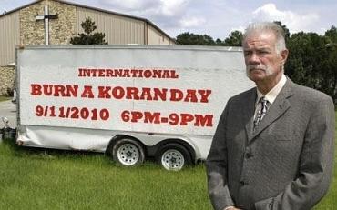 «Διεθνής Ημέρα Καύσης του Κορανίου, 11 Σεπτεμβρίου 2010, 6 μ.μ.-9 μ.μ.». Ο αιδεσιμώτατος Τέρι Τζόουνς στο Dove World Outreach Center, στο Γκαίνσιβιλ της Φλόριντα
