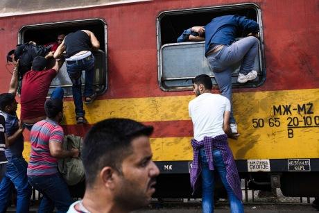 Πρόσφυγες στον σιδηροδρομικό σταθμό της Γευγελής. Φωτογραφία: Ντίμιταρ Ντίλκοφ / ΑFP